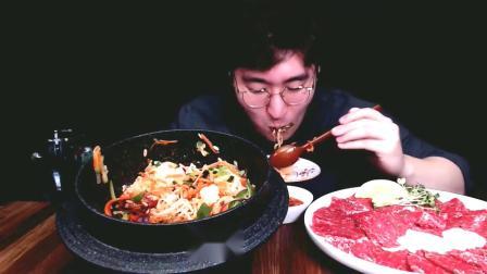 吃货小哥竟然吃生牛肉拌饭!这吃法真是生猛,你敢这样吃么?