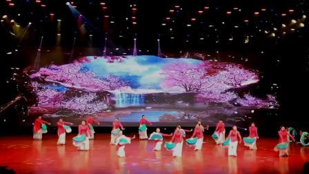 点击观看《官涌舞飞飞广场舞《桃花珺珺杨柳依》团队演出》