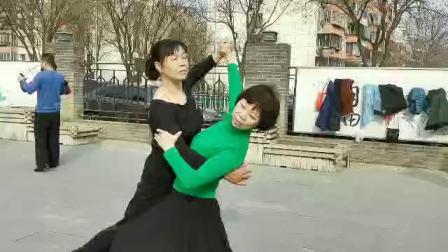 中老年交谊舞基本步法 跳交谊舞的注意事项!