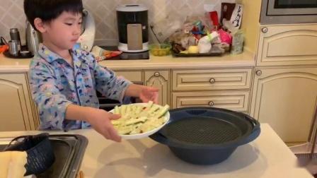 和妈妈一起做美食《蒜蓉粉丝蒸丝瓜》