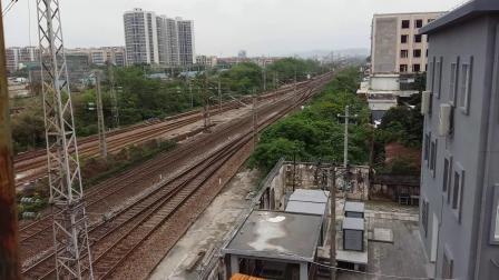 广铁广段的SS8型电力机车牵引K326次列车从广州北站通过
