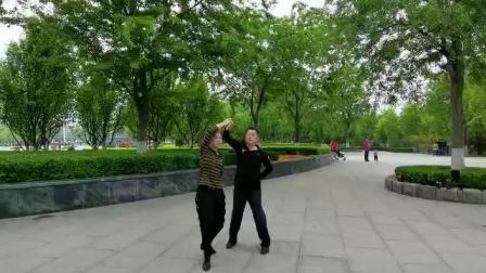 武风舞蹈队成员£¬?#21592;?#19982;栀子花开在广场即兴表演水兵舞?#22902;ס?019