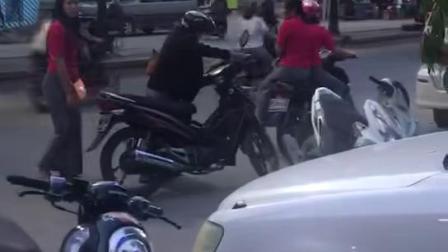 外国人曼德勒城里的美女自拍视频20190603