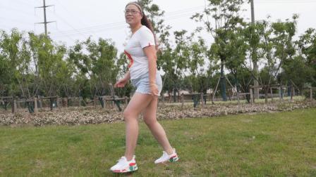 点击观看《简单16步广场舞教学 舞灵美娜子带你跳山路十八弯》