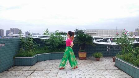 点击观看《四川中年妇女学跳美久健身舞站着等你三千年》