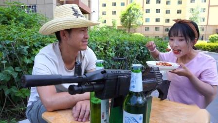吃羊肉串游戏,吃完10串奖励一把M249,第10串美女吃了一天一夜