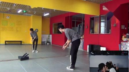 点击观看《南舞团街舞教学视频 附蔡徐坤弹簧舞教程分解》