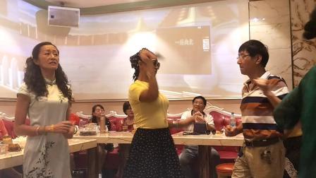 帅哥美女开心跳舞💃。
