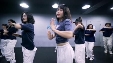 点击观看《美女派澜爵士舞视频Believer》