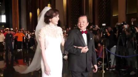 林志玲與老爸現身婚禮,一襲白色禮服超優雅!
