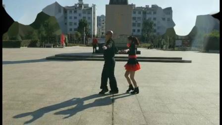 松珠和李老师表演金银铜三步踩 福建省浦城县阿成水兵舞团