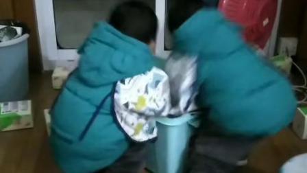 【拍客】两小宝在抢纸巾