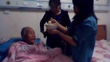 陸良馬街杜旗堡小學教師黎學麗在2012年國慶節看望86歲爺爺