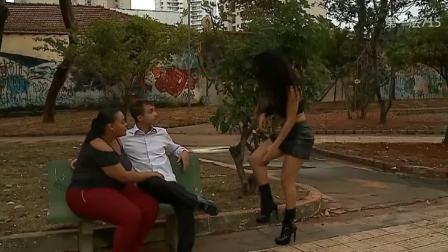 巴西街头恶作剧之骨折美女求助系鞋带恶搞路人