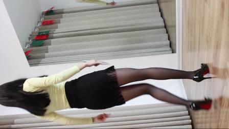 点击观看《性感广场舞精选集の小君广场舞 职业短裙黑丝袜版》