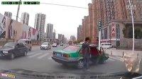看看大合肥的这辆出租车!红绿灯前快车道上横着接客!牛!