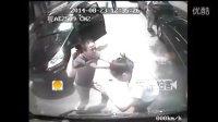 """视频: """"卡宴男""""当街暴打公交女司机引公愤 只因公交车未能倒车为其让路"""