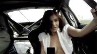 性感美女未戴胸罩,体验漂移赛车