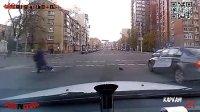 监控实拍:红绿灯路口 到底发生了什么...