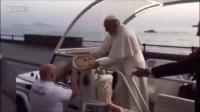 太逗了!教皇访问遇市民递匹萨 萌萌哒吃货竟欣然接受!