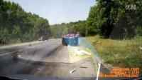 太惨烈!小车被撞散,女司机当场飞出。。。