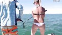 美女海上钓大鱼