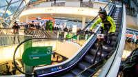 视频: 法兰克福山地车商场速降大赛,骑硬尾光头胎下楼梯