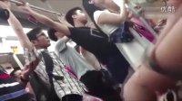 """实拍地铁现""""猥琐男"""" 狂顶姑娘臀部 手还深入裤裆之中 - 52stv.com"""