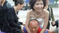 毁三观! - 媳妇婚礼被玩儿坏跟公公接吻 周星驰 (7)