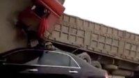 这得多大马力才能把大货车撞成这样