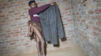 印度男子天生四条腿 求助网络想回归正常生活