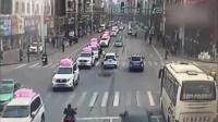 汽车直撞路中央执勤交警,又连撞出租车冲向路边商铺
