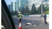 北京东直门一人跳桥砸中轿车 开车女司机当场吓懵.wmv