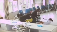 南京两名护士遭患儿家属脚踹 爬起后不忘给孩子拔出针头