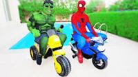 搞笑蜘蛛侠现实版 蜘蛛侠和绿巨人摩托车比赛!