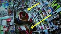 监拍:国外离奇车祸,汽车瞬间冲入超市