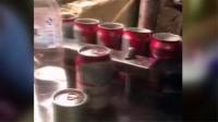 小心喝到假啤酒!网传工人回收啤酒罐徒手灌啤酒