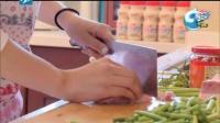 李小璐切肉直接是用手扯的, 一看就是没下过厨的人