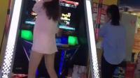 长腿美女玩跳舞机, 不过衣服好像有点透