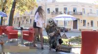 恶搞: 美女在路边休息, 突然下水道出来个骷髅