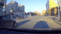 十字路口很危险, 开车速度要慢一点