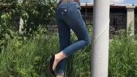 美女穿着牛仔裤, 在电线杆旁边, 难道是要给我们展示一下钢管舞吗