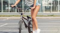 性感美女骑自行车能吸引多少男人的目光?