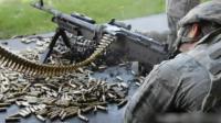 美军士兵通用机枪射击 身边的打完的弹壳堆成小山