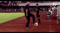 当球员失误把球传给了教练 教练只能露一手了