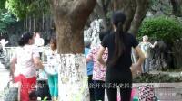 年轻女子在跳广场舞, 伸展手臂张开双手抖来抖去, 好有趣
