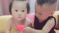 哥哥和妹妹超级有爱的一幕! 哥哥看妹妹心情不好, 主动把玩具给妹妹, 太有爱了!
