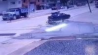 难度系数4.0 摩托车猛撞轿车 司机腾空后稳坐车顶