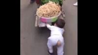 好孩子: 小宝宝这么小就开始帮妈妈干活推车