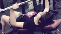 卧在健身房里默默练器械的女子才最美!